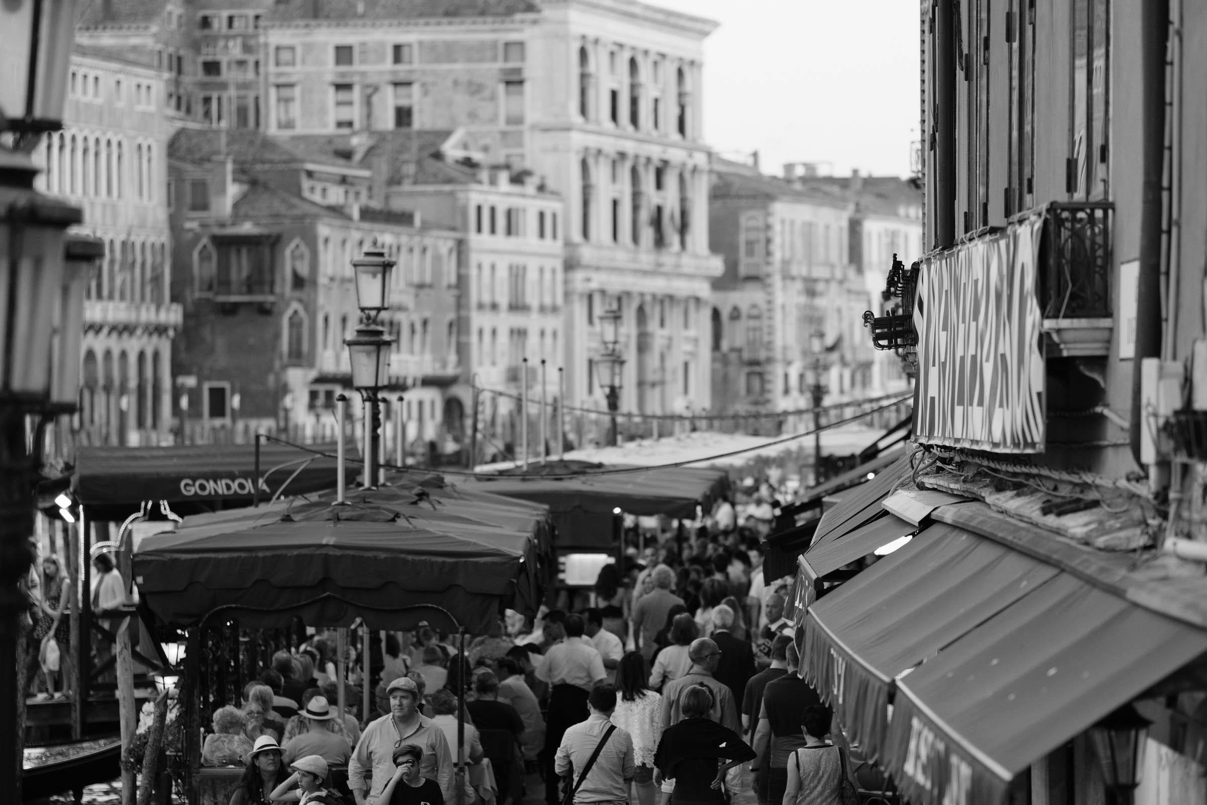 Abendstimmung in Venedig am Canal Grande auf der Rialto Brücke